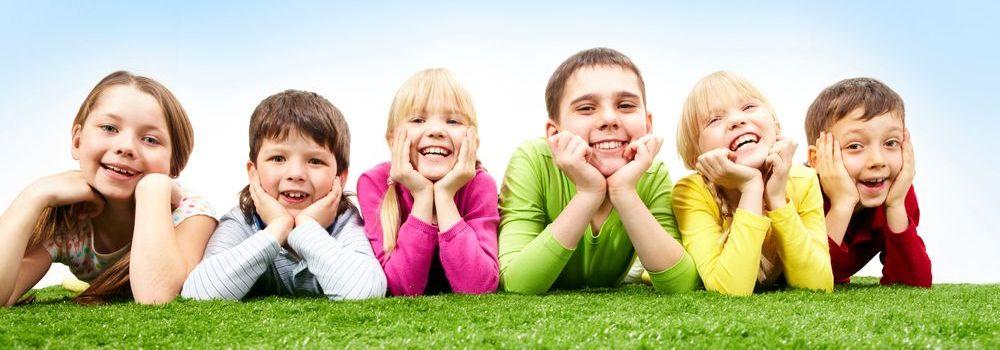 Kinder_liegen_auf_Wiese_reduziert.jpg